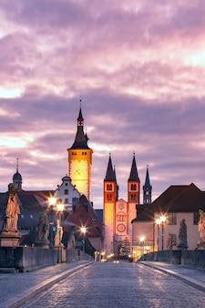 Oude hoofdbrug, alte mainbrucke met standbeelden van heiligen, kathedraal en stadhuis in de oude binnenstad van würzburg, franken, beieren, duitsland