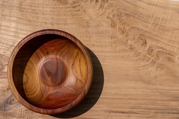 Oude houten beker in retrostijl voor het drinken van water, melk, koude dranken en wijn.