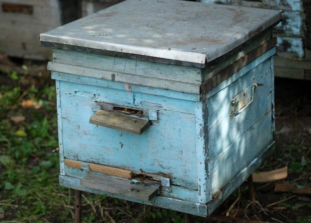 Oude houten bijenkorf in de bijenstal in de tuin