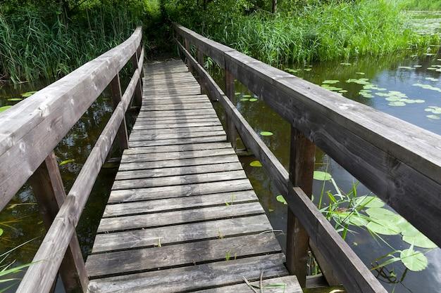 Oude houten brug gebouwd op het meer