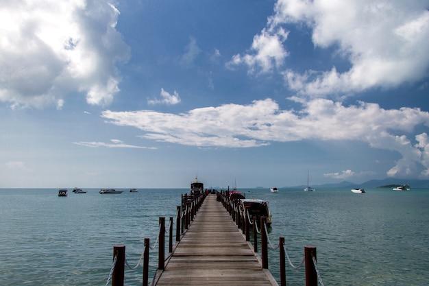 Oude houten brugpijler en blauwe hemel, andaman-overzees, thailand