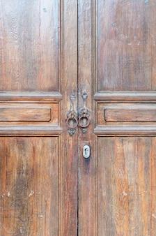 Oude houten bruine huisdeur