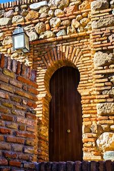 Oude houten deur in alcazaba, malaga, spanje