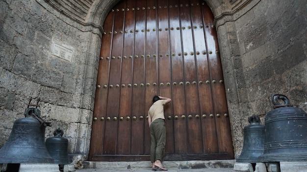 Oude houten deur in de oude binnenstad van havana