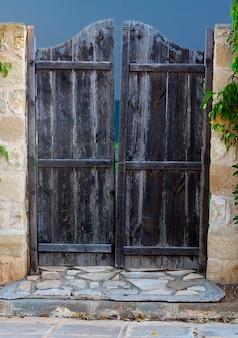 Oude houten deur in het hek