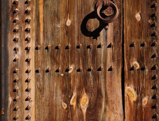 Oude houten deur in valencia torres de serranos