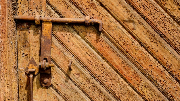 Oude houten deur met een oude bar