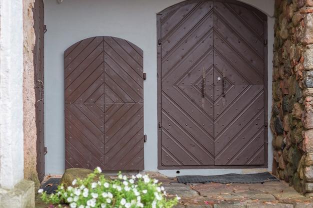 Oude houten deur met groene luiken