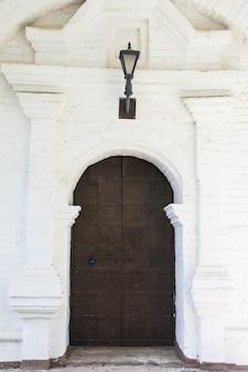 Oude houten deur stenen muur. de achteringang van het kasteel.