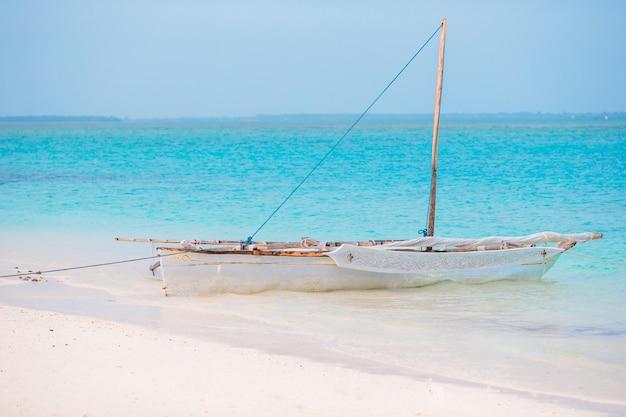 Oude houten dhow in de indische oceaan dichtbij zanzibar