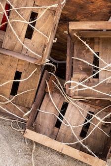 Oude houten dozen met kabels