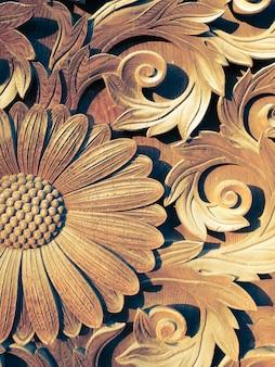 Oude houten gravures van zonnebloem op de japanse tempelpoort in kyoto