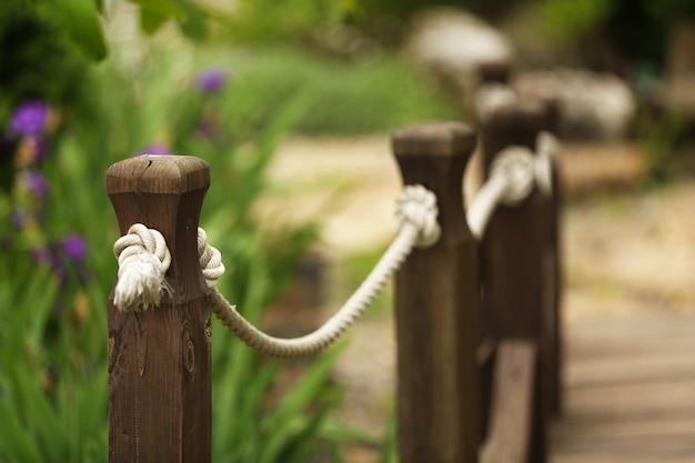 Oude houten hek in de tuin