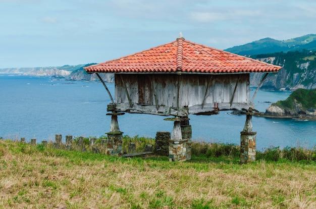 Oude houten hut in asturië, spanje