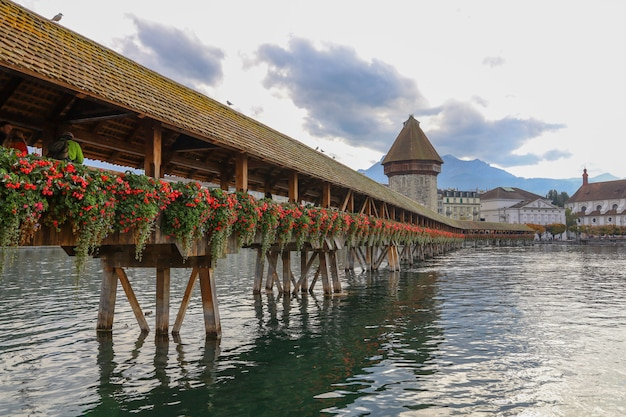Oude houten kapelbrug is beroemd en mooi oriëntatiepunt in luzerne, zwitserland