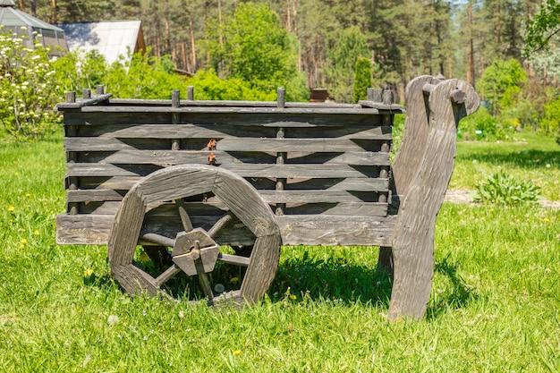 Oude houten kar op een groene weide