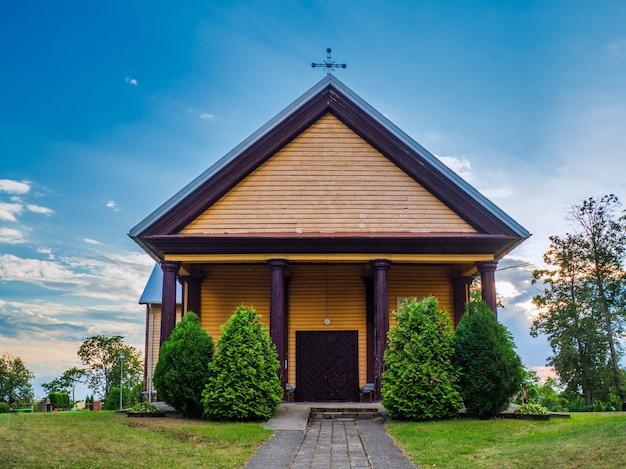 Oude houten kerk bij zonsondergang wolken. houten plattelandskerk.