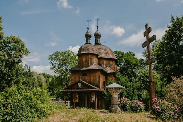 Oude houten kerk in het bos