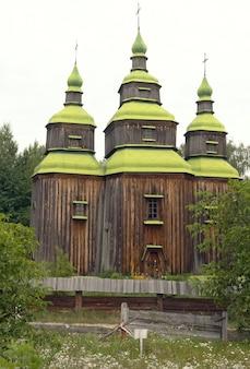 Oude houten kerk in het oekraïense dorp. in de buurt van de stad kiev
