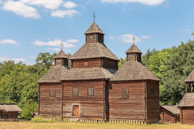 Oude houten kerk in oekraïne. oude traditionele oekraïense orthodoxe kerk