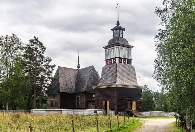 Oude houten kerk, petajavesi, finland. traditionele finse architectuur