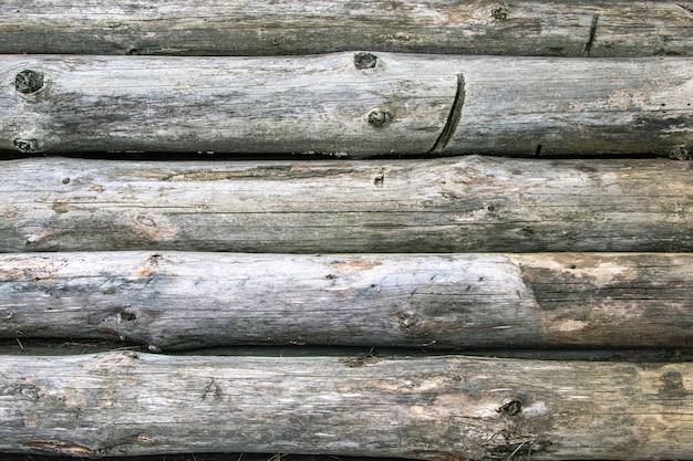 Oude houten logboeken met schimmel. natuurlijke veroudering van hout. niet beschermd tegen het milieu hout. demontage van oude houten constructies.