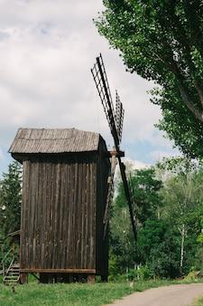 Oude houten molens midden in de natuur