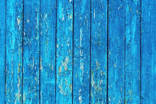 Oude houten muur met een blauwe verf die is geëxfolieerd