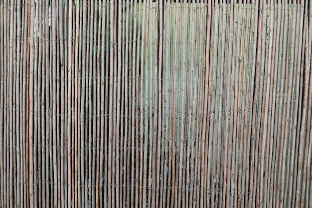 Oude houten muur met twijgen