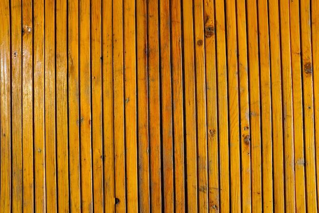 Oude houten muur met verticale lamellen. duidelijkheid over het hele frame. hoge kwaliteit foto