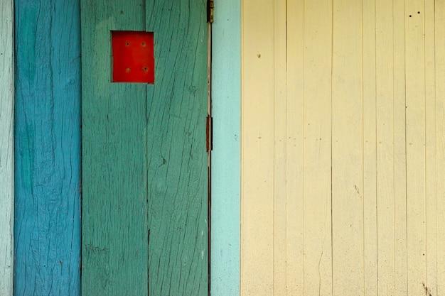 Oude houten oppervlak, groen, blauw, prachtig ingericht op de achtergrond van de muur