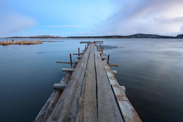 Oude houten pier op het meer
