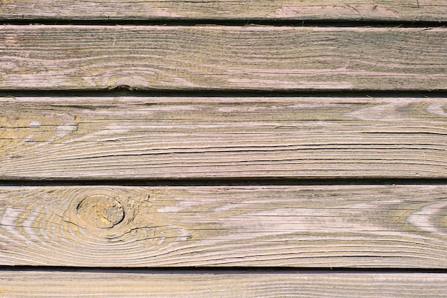 Oude houten plank achtergrond. afbladderende, vervaagde paarse verf op de oude planken. ruimte kopiëren