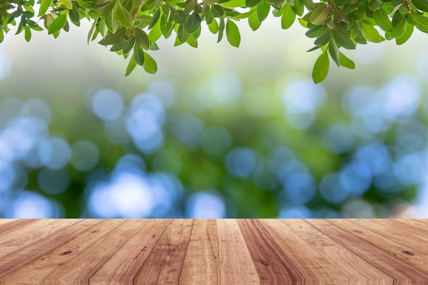 Oude houten plank met abstracte natuurlijke groene vage bokeh achtergrond