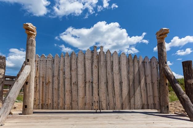 Oude houten poort op de hemelachtergrond