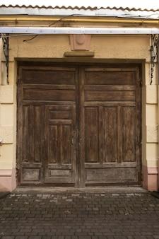 Oude houten poorten op een schuur