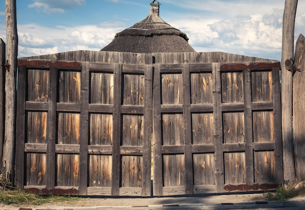 Oude houten poorten