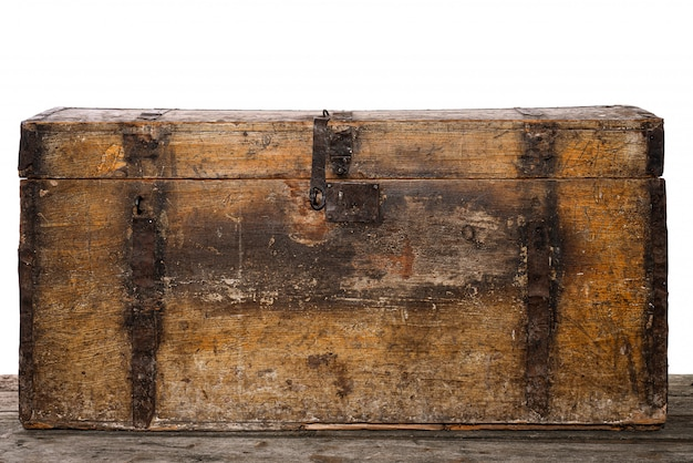 Oude houten schatkist die op wit, studiofoto wordt geïsoleerd