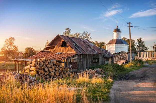 Oude houten schuur en opslag van brandhout en kapel van metropoliet philip op de solovetsky-eilanden