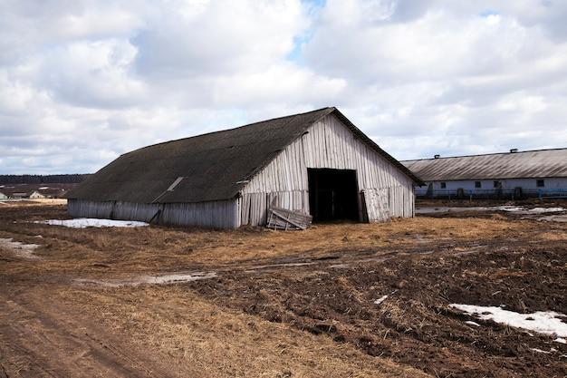Oude houten schuur waarin huisdieren (koeienstal) plaatsvonden