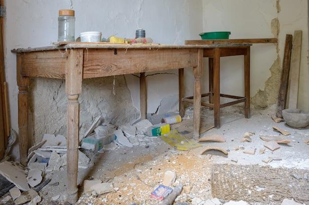 Oude houten tafel, in typische rustieke boerderij, verlaten, gebroken en oud in puin, mallorca spanje.