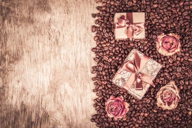 Oude houten tafel, koffiebonen en geschenkverpakkingen