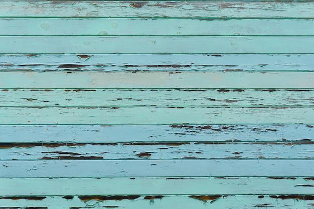 Oude houten tafel van blauwe kleur. borden en houten panelen met oude verf