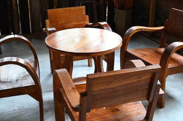 Oude houten tafels en stoelen in het oude huis