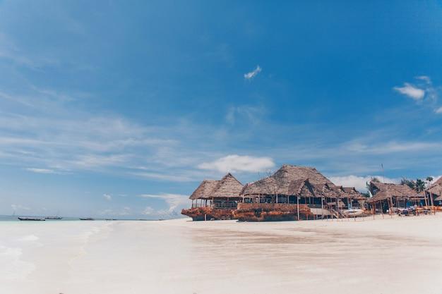 Oude houten tropische bungalow op het strand
