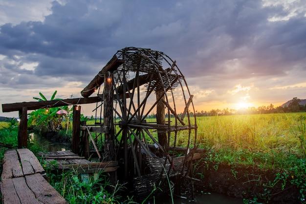 Oude houten turbine met waterval