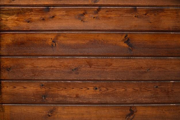 Oude houten vintage textuur, oppervlak met horizontale scheuren, slijtage en donkere vlekken.