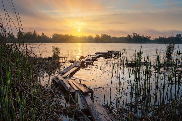 Oude houten vissteiger bij de zonsopgang