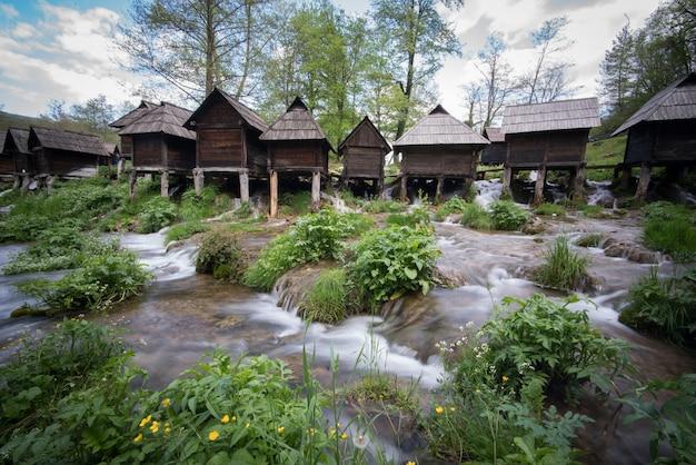 Oude houten watermolens op rivier