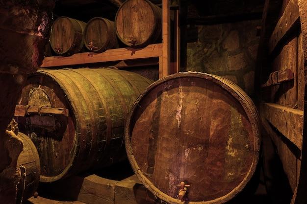 Oude houten wijnvaten in kelder